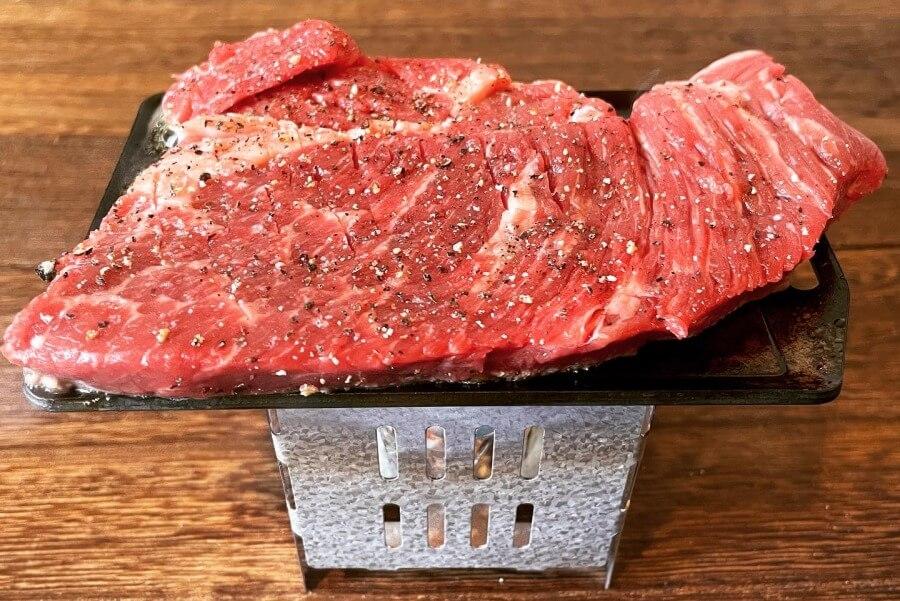 ミニ鉄板で250gのステーキに挑みます