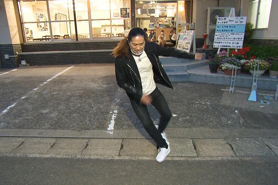 街中でダンスを披露するSAM(C)ABCテレビ