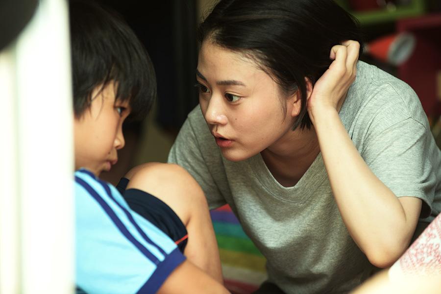 シングルマザーで働きっぱなしの石橋加奈役を高畑充希が演じる。(C)2021「明日の食卓」製作委員会