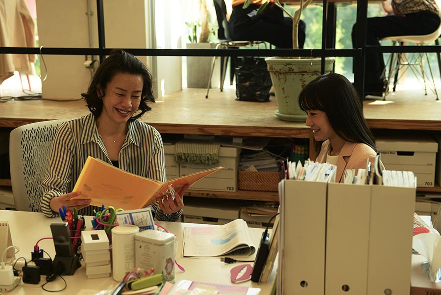 フリーライターとして復帰するために、なじみの編集のもとへと企画を持って挨拶する石橋留美子役を演じる菅野美穂。(C)2021「明日の食卓」製作委員会