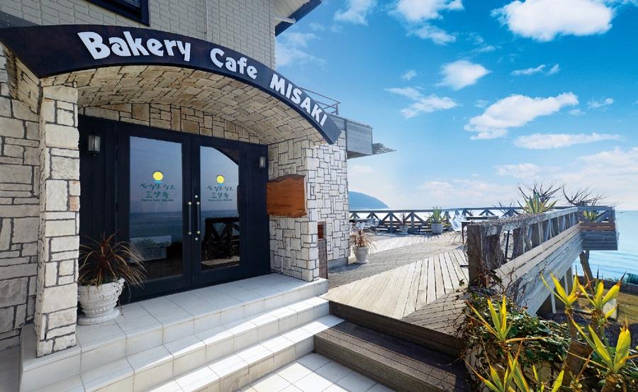 目の前に海が広がる「ベーカリーカフェ ミサキ」の外観