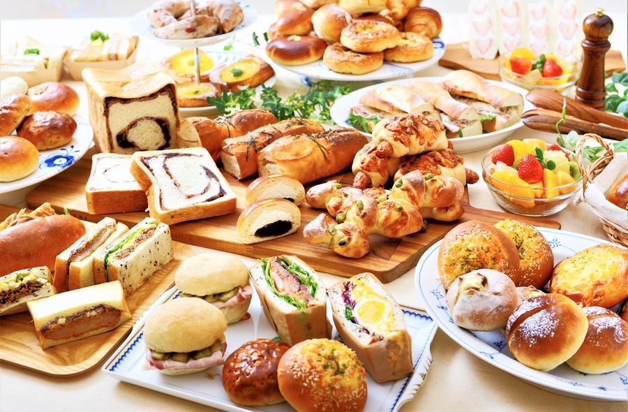 フルラインアップで約50種。一番人気は、生地にたっぷり粒あんを練りこんだ「あん食パン」480円