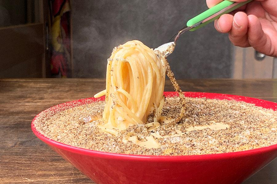 卵2個に対して生クリーム500cc使い、かなりクリーミー。そのため、こんなに黒胡椒がかかっていても胡椒辛さはなし。余ったソースをパンにからめるのも最高