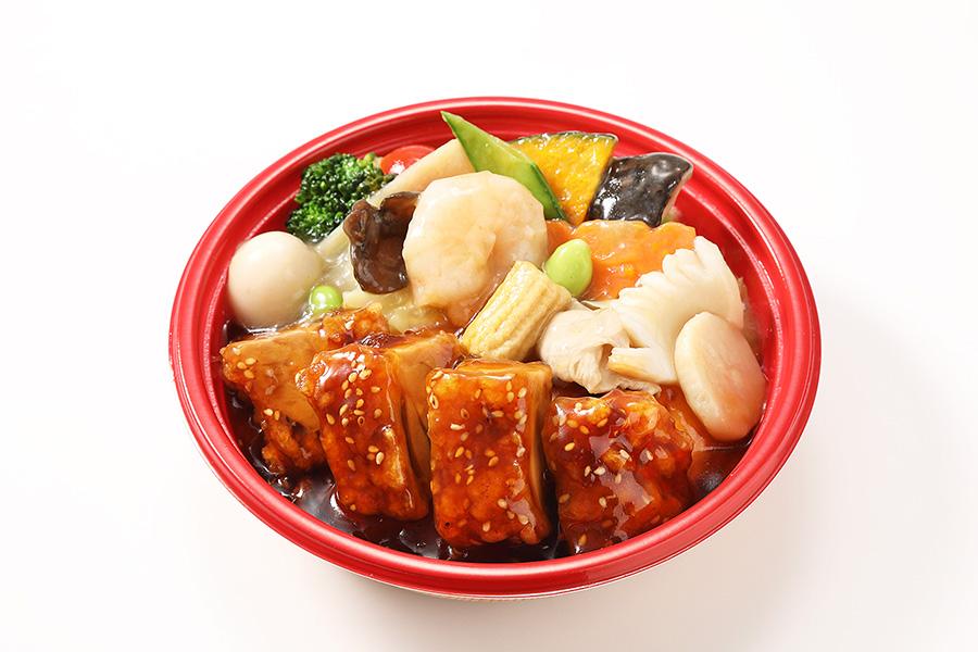 「上海デリ・贅沢天津中華丼」八宝菜、油淋鶏、蟹玉でがっつりボリューム満点(756円)