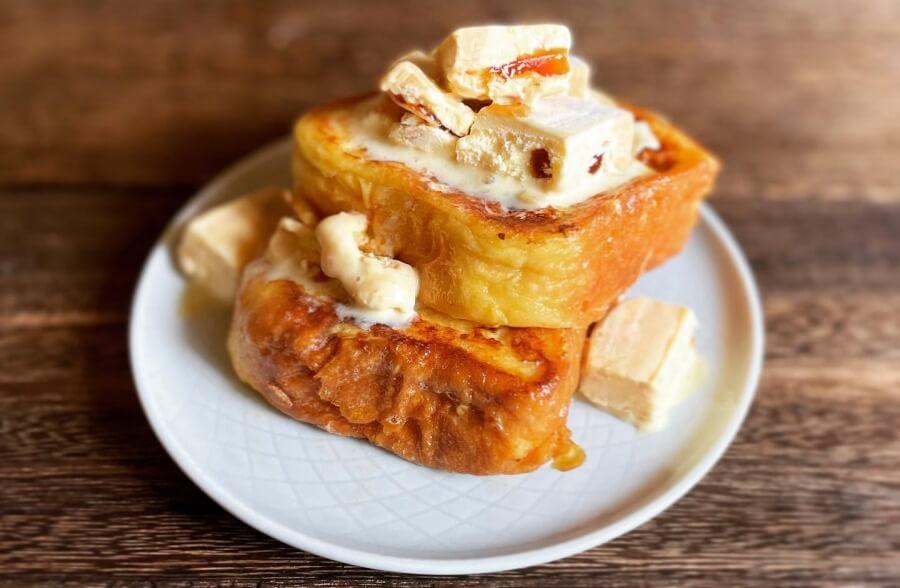 焼きたてのフレンチトーストに「フレンチトースト風アイスバー」をオンした、なんとも魅力的なビジュアル
