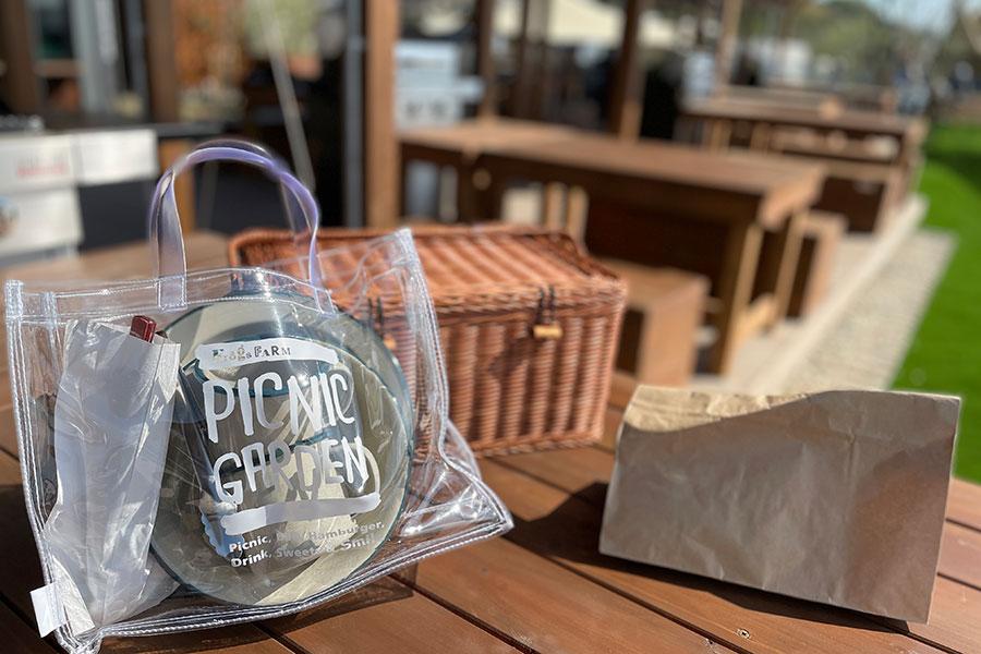 PICNICプランを選ぶと、食材の入ったピクニックバスケットとカトラリーがセットに。好きな場所を選んで手ぶらでピクニックができる