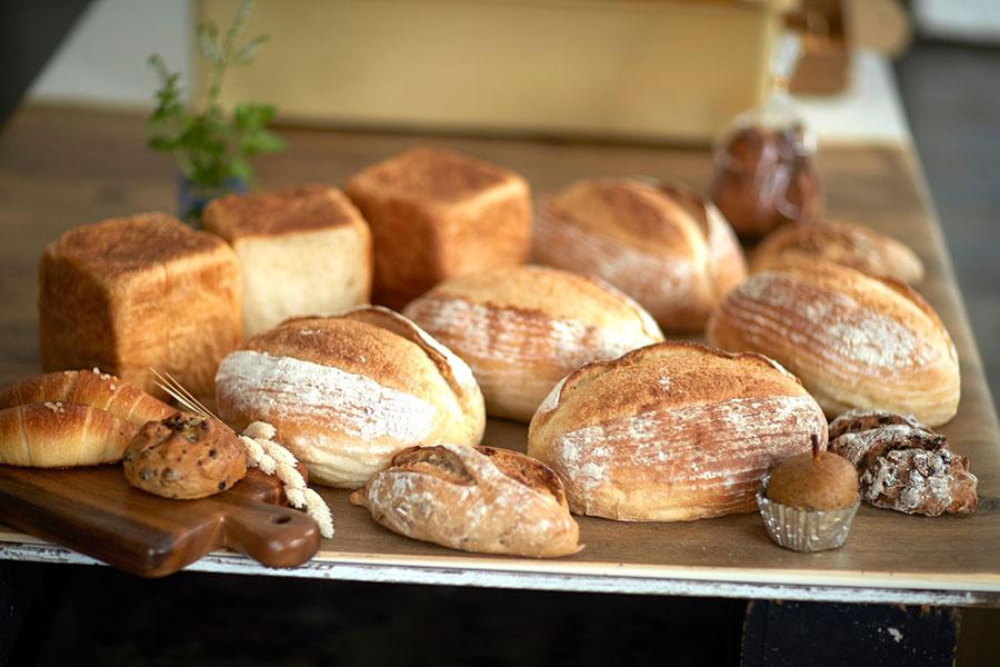 「日本人でも食べやすいドイツパン×食卓の主役にパン」がコンセプトのパンは、天然酵母・丹沢白神酵母を使用し手間暇かけてじっくり熟成。生地の香りや味をじっくり噛みしめたい