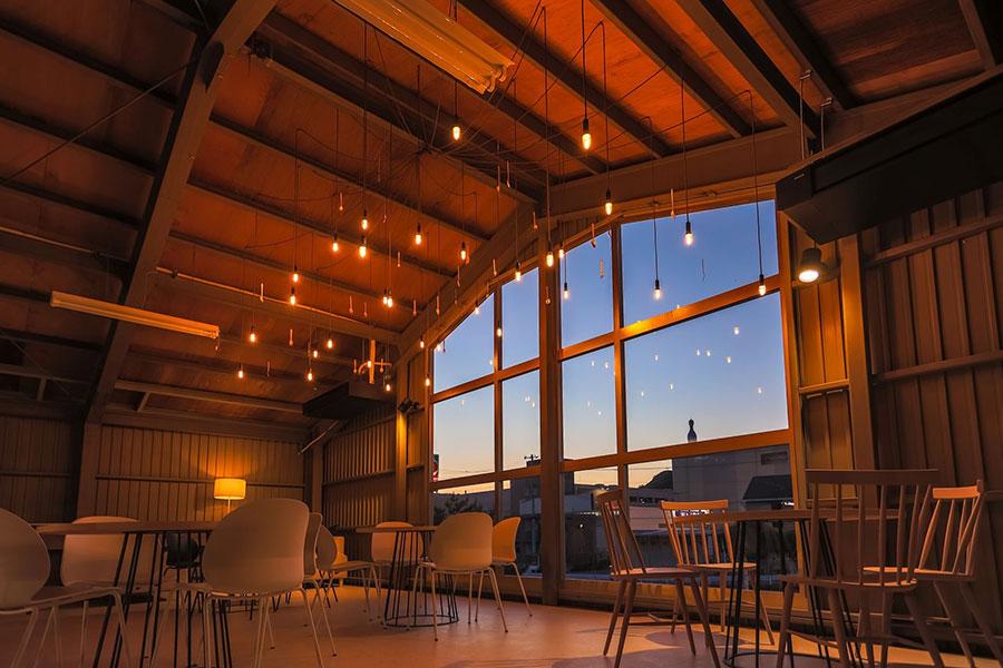 2階のカフェスペース。あたたかみもありつつ洗練された空間。「ぜひ、奈良の人気カフェANY B&B+COFFEEのコーヒーとともに味わってください」とパティシエールでもありバリスタでもある中瀬さん。