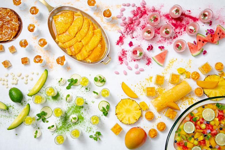 ピーチメルバ、マンゴープリン、チーズロールケーキ、フルーツたっぷりのソース付きクレープシュゼットなどのスイーツが登場