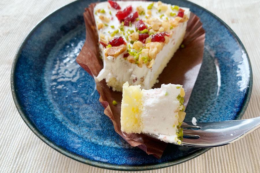 スポンジ生地の上にリコッタチーズを使用したチーズクリームを乗せた彩り華やかなケーキ