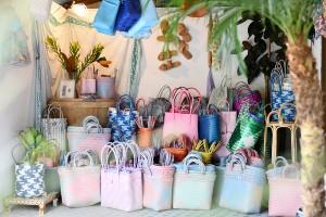 色鮮やかなカゴバッグが目印、人気ショップが枚方にオープン