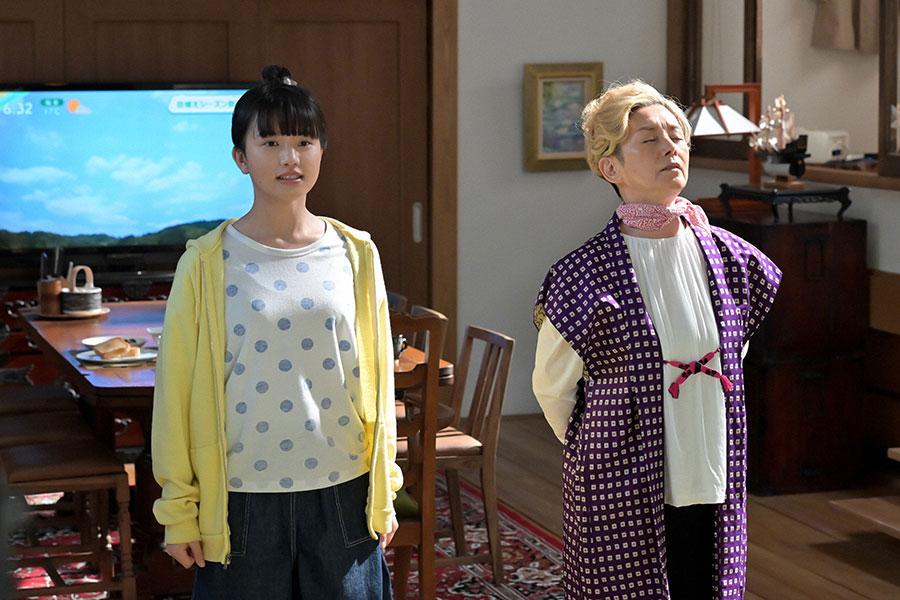 左から百音(清原果耶)、サヤカ(夏木マリ)(C)NHK