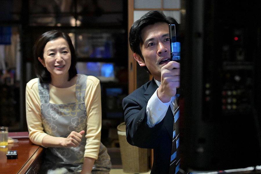 百音の父・耕治(内野聖陽)と、母・亜哉子(鈴木京香)(C)NHK