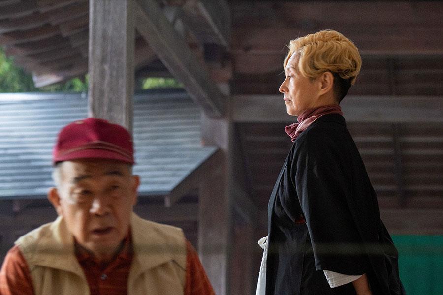 サヤカ(夏木マリ)と川久保(でんでん)(C)NHK