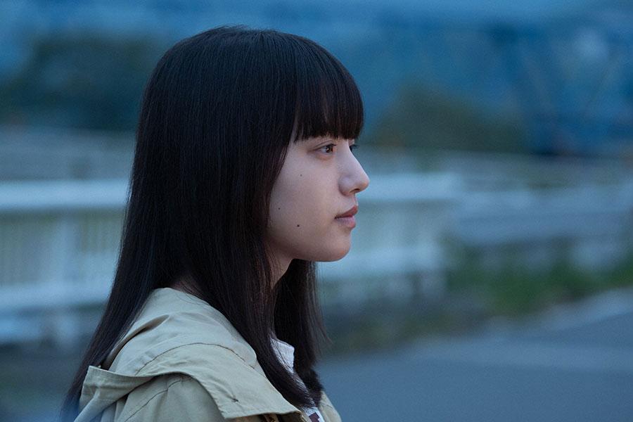 朝岡(西島秀俊)と北上川を見る百音(清原果耶)(C)NHK