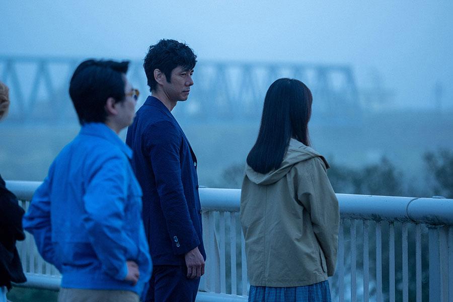 朝岡(西島秀俊)と北上川を見る百音(清原果耶)たち (C)NHK