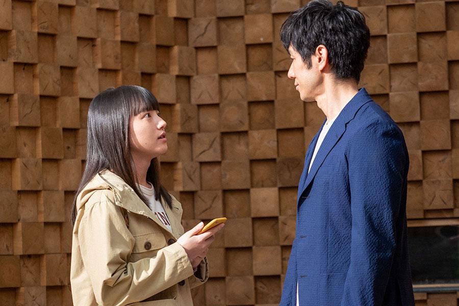 朝岡(西島秀俊)と話しをする百音(清原果耶)(C)NHK