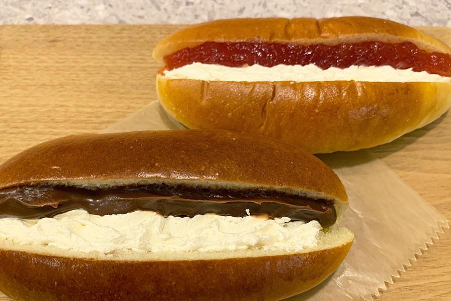 いちごジャム&ホイップとチョコ&ホイップ各180円(税別)。ふわふわの生地にクリームたっぷり、軽い食感が魅力