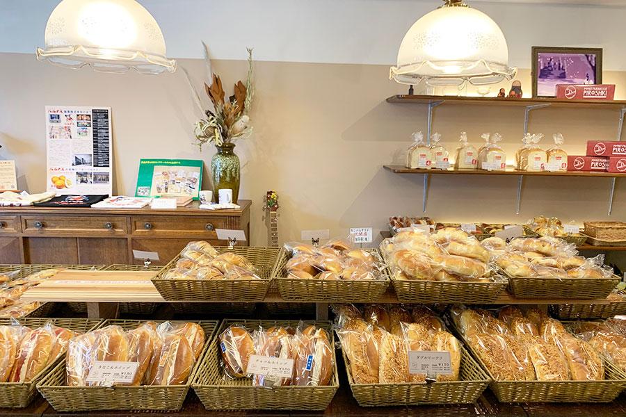 移転後は、パンをメインに販売。約50種、焼きたてが順次並ぶ
