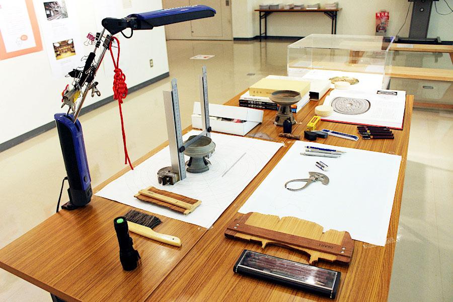 展示内容のイメージ。考古学研究員の職場の机を再現(実際に橿原考古学研究所の研究員のもの)。土器の実測道具など、普段見ることができない文化財保存業界の裏側を知ることができる