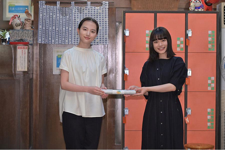 『おちょやん』の主演・杉咲花(右)から、『おかえりモネ』の主演・清原果耶へのれんのプレゼント(5月6日・提供:NHK大阪)