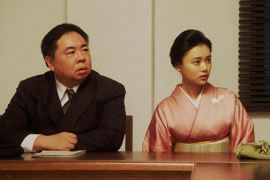 NHK大阪放送局・会議室にて、ある話を聞かされる千代(杉咲花)と当郎(塚地武雅)(C)NHK