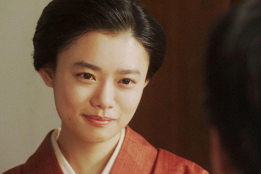 長澤(生瀬勝久)と会話する千代(杉咲花) (C)NHK
