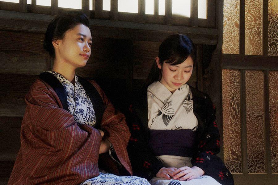 千代(杉咲花)と栗子(宮澤エマ)の家にて、静子(藤川心優)と話す千代 (C)NHK