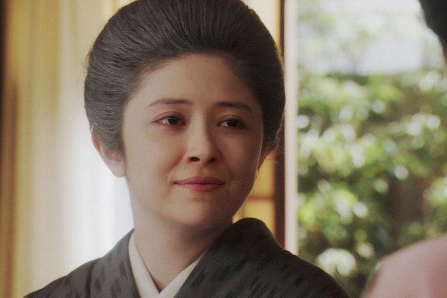 千代(杉咲花)と話す栗子(宮澤エマ) (C)NHK