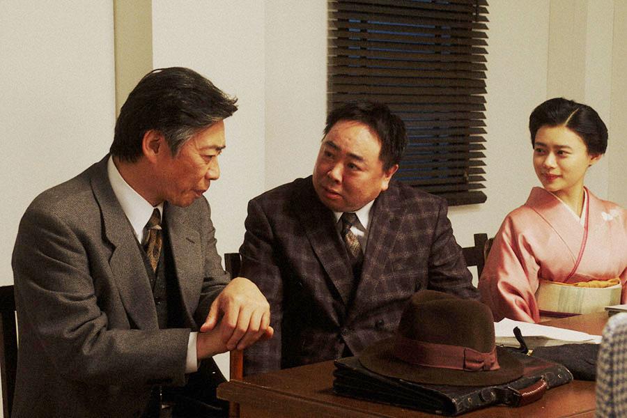 NHK大阪放送局・会議室にて、退院した長澤(生瀬勝久)と会話する千代(杉咲花)、当郎(塚地武雅)(C)NHK