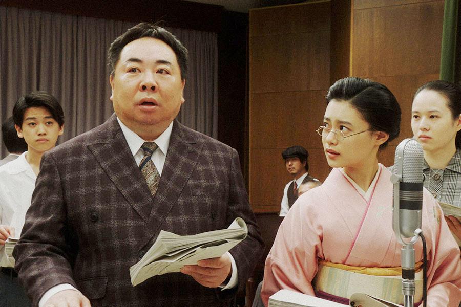 ラジオドラマの1時間特別版の本番にのぞむ千代(杉咲花)と当郎(塚地武雅)(C)NHK