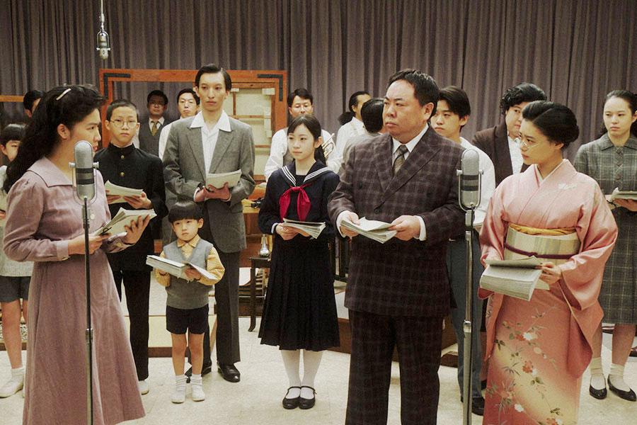 ラジオドラマの1時間特別版の本番中 (C)NHK