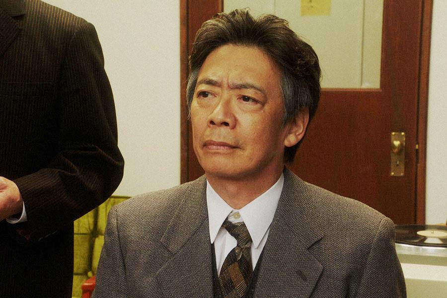 本番の様子を見守る長澤(生瀬勝久)(C)NHK