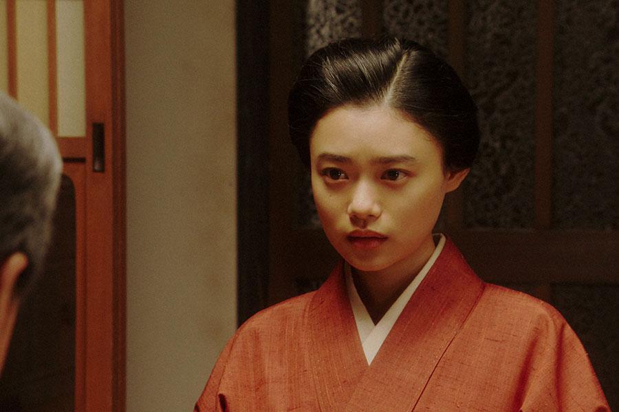 千代と春子の家にて、熊田(西川忠志)と話しをする千代(杉咲花)(C)NHK