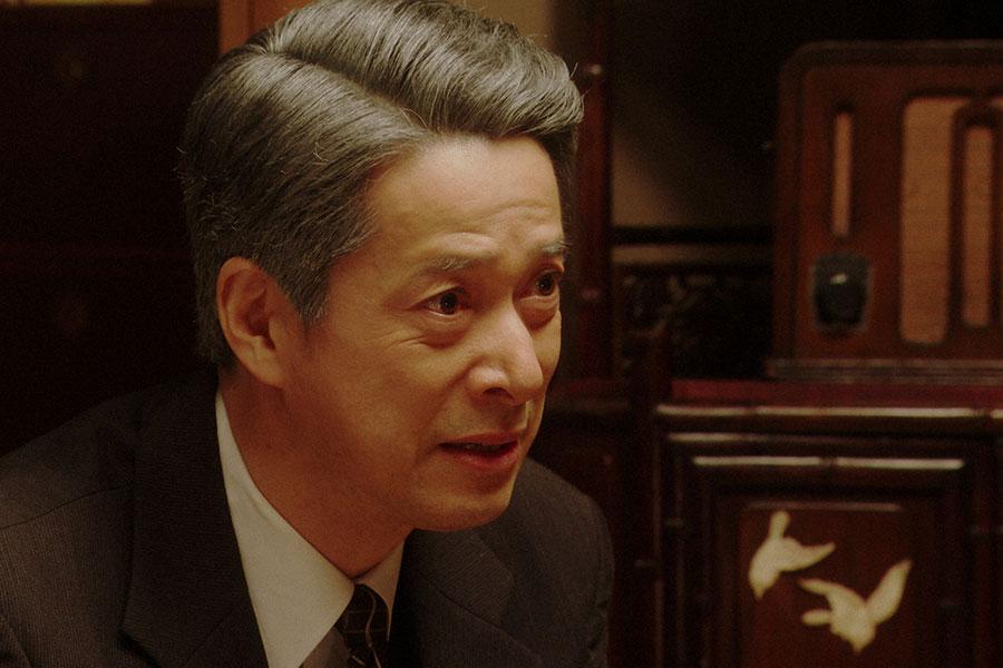 千代(杉咲花)と話しをする熊田(西川忠志)(C)NHK