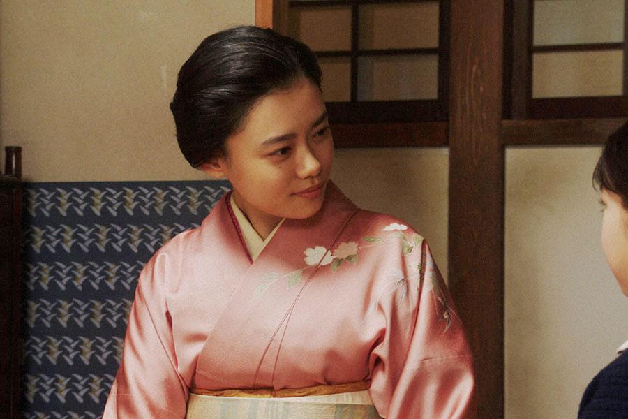 春子(毎田暖乃)と話しをする千代(杉咲花)(C)NHK