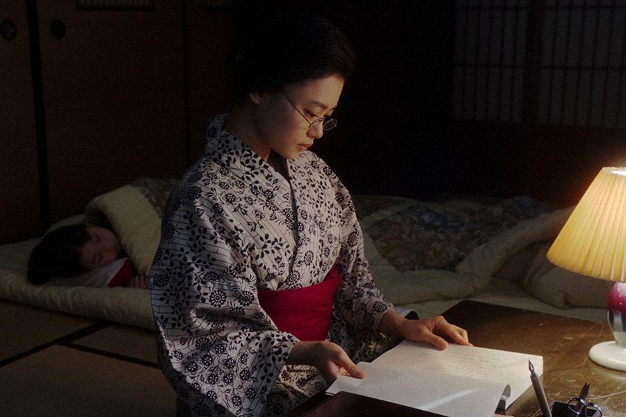 岡福にて、ある台本を読む千代(杉咲花)(C)NHK