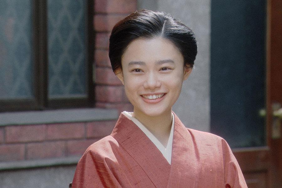 岡福・表にて、微笑む千代(杉咲花)(C)NHK