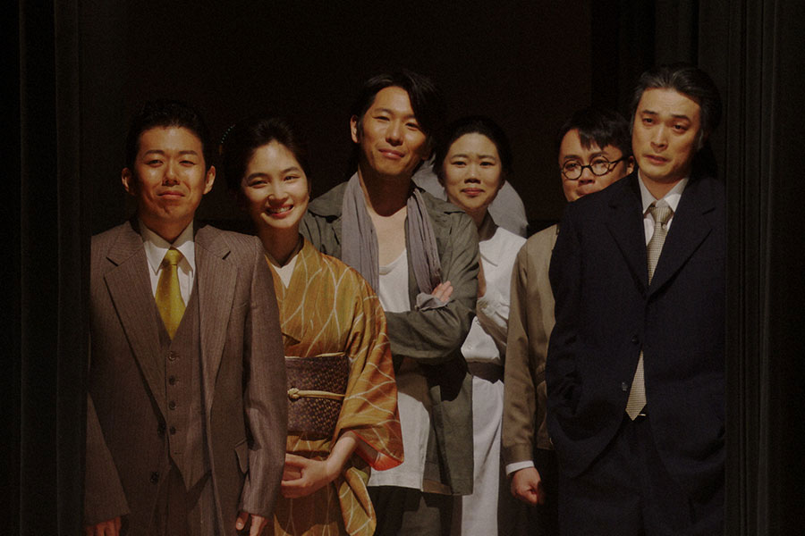 新えびす座・舞台にて、舞台を袖から見る一同 (C)NHK