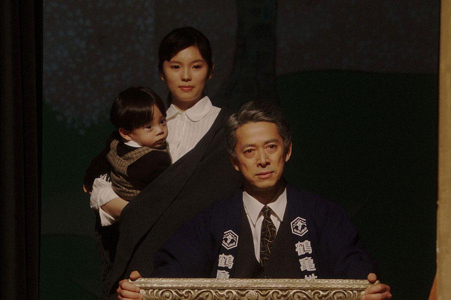 新えびす座・舞台にて、舞台を袖から見る熊田(西川忠志)と灯子(小西はる)(C)NHK
