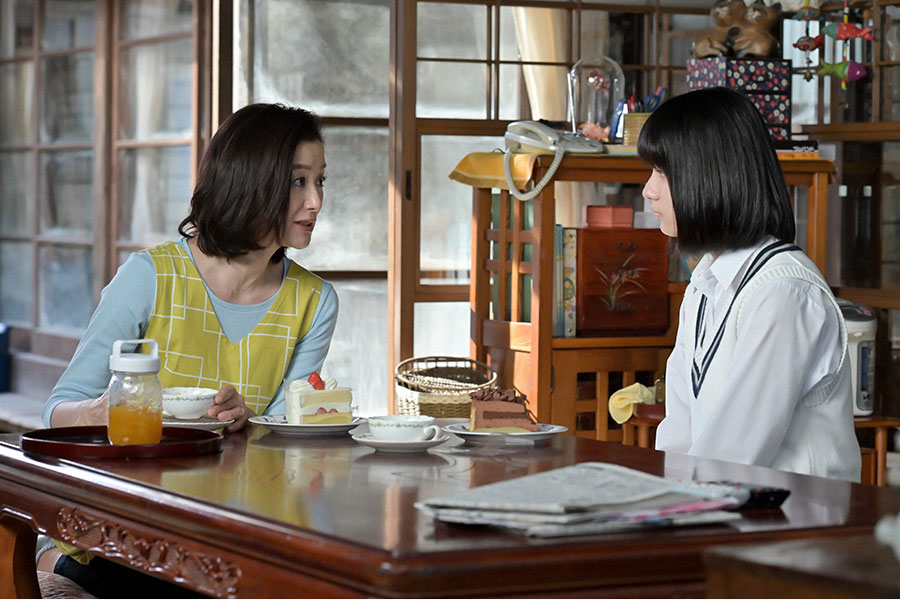 百音(清原果耶)の母・亜哉子(鈴木京香)と妹・未知(蒔田彩珠)(C)NHK