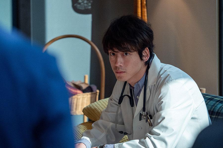 診療所の若手医師・菅波(坂口健太郎)(C)NHK