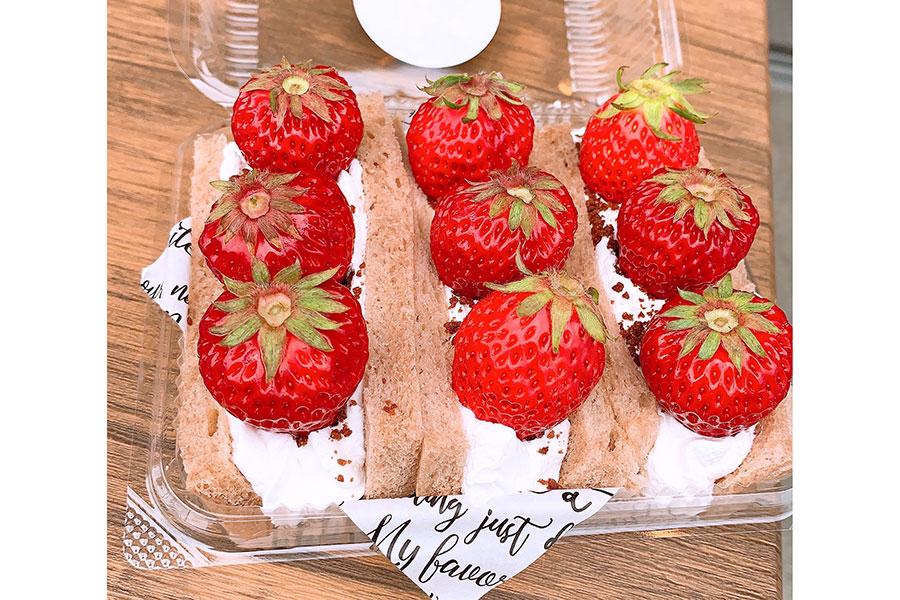 カカオパウダー入りの食パンで畑感が増している「イチゴ畑サンド」780円