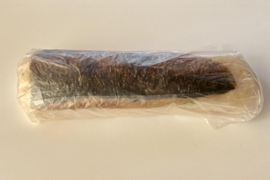 ラップをきつめに巻いて、サバと酢めしを密着させます
