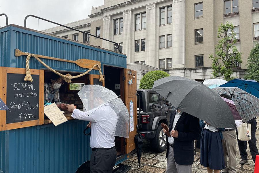湖魚の専門店「BIWAKO DAUGHTERS」では、湖魚・ニゴイと近江牛、豆腐のハンバーグに琵琶湖のシジミソースがかかった「琵琶湖のロコモコ弁当」(950円)を販売。雨天にもかかわらず完売