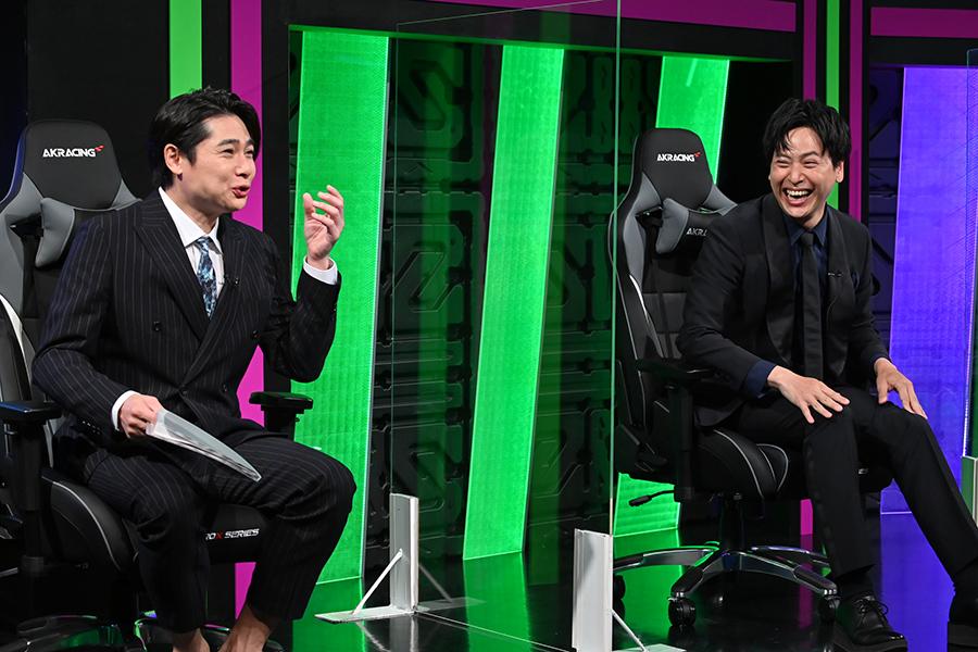 左から進行役の平成ノブシコブシ・吉村崇、三代目 J SOUL BROTHERS from EXILE TRIBE・山下健二郎(C)ABCテレビ