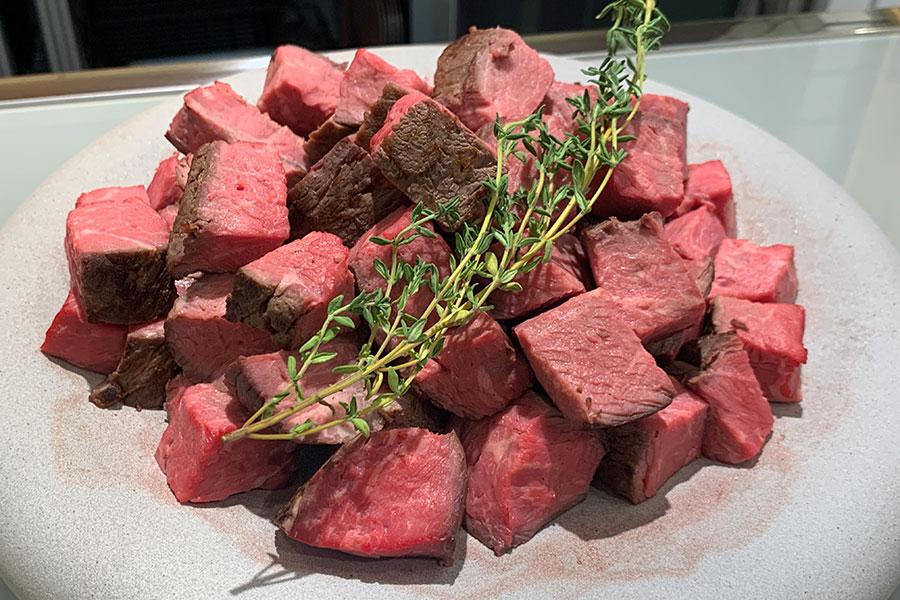 ステーキレストラン「ステーキステーキ」で丼として出しているステーキをデリ用にアレンジ。角切り牛イチボステーキ100g961円