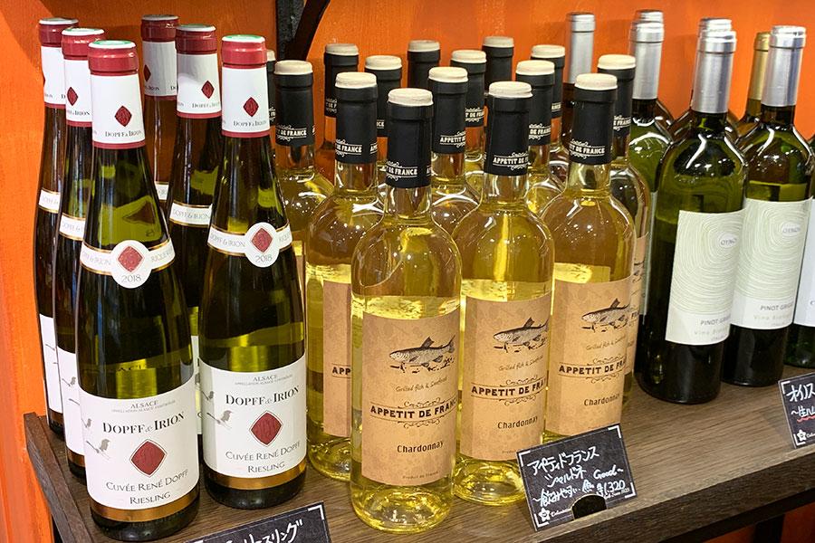 ワインコーナーは、店に並ぶ惣菜に合うワインをソムリエがセレクト