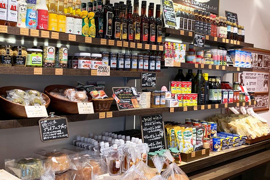 グロッサリーコーナーでは、「進々堂」や「HANAKAGO」のパン、オジカソースやヒロタソースの調味料など、地元・京都のものも積極的にラインアップ