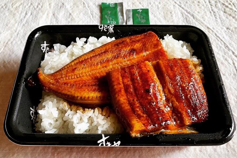 すき家の「特うな丼」をテイクアウト。うなぎが2枚のり、ご飯は大盛り。粉山椒がちゃんと2袋ついてるのがうれしい